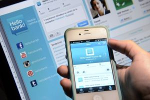 consultation-compte-bancaire-smartphone-application-nouvelle-banque-ligne-hello-bank_0_730_485